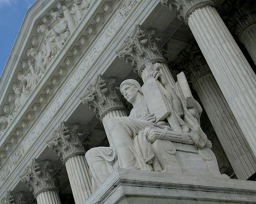 Equal Justice Under Law por SP8254 O Compartilhamento na Rede e o Futuro dos Direitos Autorais