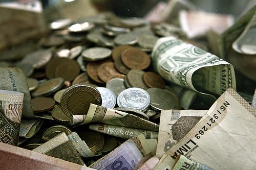 International Money Pile in Cash and Coins por epSos O Compartilhamento na Rede e o Futuro dos Direitos Autorais