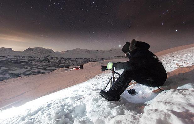"""Atrás de boas fotografias, existe muito planejamento e trabalho de formiguinha. O ato de fotografar é 20% da vida de um fotógrafo profissional. Foto: Neto Macedo/""""Projeto Dois Na Trip"""" em Monte Nuolja, Abisko, Suécia"""