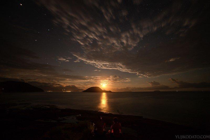 Lua nascendo na Praia das Conchas. Canon 5D Mark II, Rokinon 14mm. f/5.6, 13 seg, ISO 640.